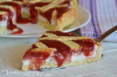 Crostata con crema di ricotta e fragole, golosa e delicata, la pasta frolla racchiude un ripieno cremoso di ricotta e fragole che si scioglie in bocca.