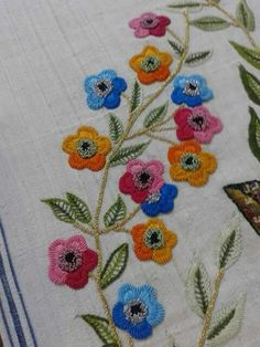Very attractive tablecloth wit Garden Embroidery, Basic Embroidery Stitches, Hand Embroidery Videos, Hand Embroidery Flowers, Hand Work Embroidery, Embroidery Motifs, Silk Ribbon Embroidery, Hand Embroidery Designs, Bordado Floral