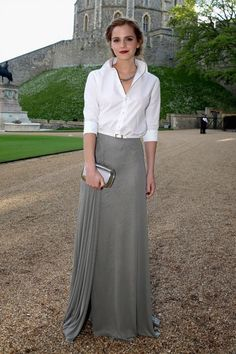 May 13 2014 Emma Watson wore a white shirt and full-length skirt both by Ralph Lauren Collection with Monica Vinader jewellery and a Roger Vivier clutch. Monica Vinader, Semi Formal Wedding Attire, Semi Formal Attire For Women, Casual Wedding Outfit Guest, Wedding Attire For Women, Emma Watson Style, Eugenie Of York, V Neck Wedding Dress, Fall Skirts
