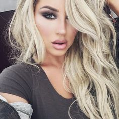 Most Beautiful girls and Sexy Babes! Share the beauty and love. Blonde Hair Turned Green, Honey Blonde Highlights, Honey Hair, Blonde Wig, Blonde Hair Dark Eyes, Beautiful Eyes, Pretty Hairstyles, Hair Goals, Hair Inspiration