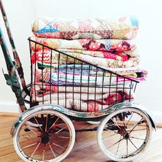 Airing the quilts Cute Quilts, Old Quilts, Vintage Sheets, Vintage Quilts, Antique Booth Displays, Quilt Ladder, Kids Comforters, Quilt Storage, Quilt Racks
