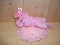 IL TOPOLINO CHE DORME, FATTO A MANO CON AMORE Morbidissimo Topolino snodato (muove braccia e gambe) che dorme pacifico su di un cuscino di cotone rosa e tulle con lurex rosa. Il Topolino è di pile, lungo 33 cm, con volto ricamato a mano. Il disegno è un mio Progetto. Può essere un regalo o una decorazione per la cameretta dei bambini. Rossella Usai http://www.dalbauledellanonna.com