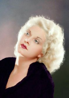Jean Harlow Platinum Blonde Bob, this hairstyle was styled with soft waves. Looks natural, and effortless Old Hollywood Glamour, Golden Age Of Hollywood, Vintage Hollywood, Hollywood Stars, Classic Hollywood, Vintage Vogue, Hollywood Icons, Vintage Ads, Vintage Images