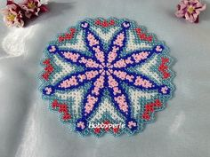 Scheme in Italian for the creation of the Centrino Girotondo di Fiori with the technique of pearl sewing (Danish weaving). The Centrino measures about 19 cm You will receive the scheme once you have made the payment. Beaded Bracelet Patterns, Doily Patterns, Beaded Bags, Bead Weaving, Beaded Embroidery, Geometric Shapes, Doilies, Seed Beads, Crochet Earrings