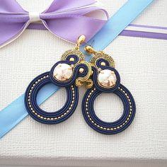 Questo è uno dei miei disegni preferiti di orecchini soutache! --- Questi orecchini sono fatti di cavo di soutache di seta seta e metallizzati, cristalli Swarovski e perle giapponesi rivestite di metallo. --- Orecchini sono lunghe 7 cm (2,8 pollici) --- Parte posteriore degli orecchini è finito con ecopelle. --- --- Ci sono due colori disponibili! Foto 1 – 3: blu e argento soutache, perline argento-rivestito, traslucido crystall Foto 4 – 6: con filo blu e oro, rivestito in oro perle e…
