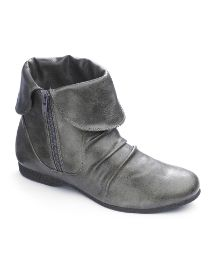 Perfect for a long Saturday romp through NYC. No hobblin' here! Elf Boots, Shoe Boots, Shoe Bag, Cute Ankle Boots, Grey Boots, Crazy Shoes, New Shoes, Le Closet, Winter Shoes