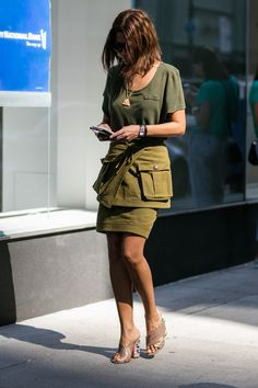 Street style Fashion Week de New York: look t shirt et jupe kaki