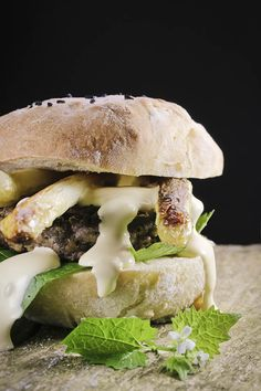 Wildburger mit Reh, gebratenem Spargel, Knoblauchsrauke und Sauce Hollandaise