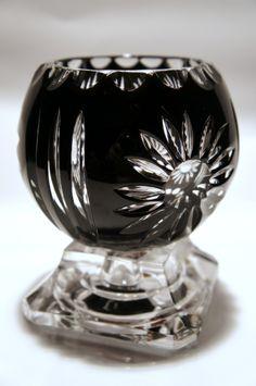 Kryształowy czarny świecznik na białej nodze jest wykonany z dwuwarstwowego kryształu. Szkło powlekane daje Państwu dożywotnią gwarancję koloru. Pomiędzy dwie warstwy białego szkła wprowadzono warstwę czarnego koloru. Następnie produkt ten, jest głęboko szlifowany, aby uzyskać białe sznyty dające blask.