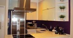 Cozinha Americana Planejada: O espaço bem aproveitado ganha um toque despojado com a cor roxa nas paredes. Projeto de Bia Ortencio.