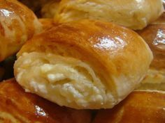 These rolls, flavored and flavored with cow cheese, are an indescribable delight . Russian Cakes, Russian Desserts, Russian Recipes, Romanian Desserts, Romanian Food, Sweet Pastries, Bread And Pastries, My Recipes, Baking Recipes
