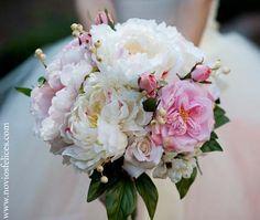 Precioso ramo de novia con peonias de colores blanco y rosa y delicadas rosas pitiminí