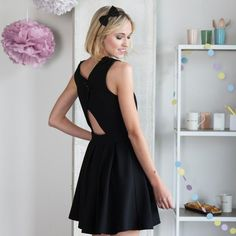 Si vous êtes à la recherche d'une robe élégante et festive, ce modèle avec dos ouvert est fait pour vous ! Vous pouvez même personnaliser les épaulettes avec un tissu spécial.Taille : 32-42