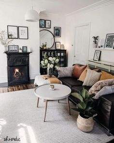 cosy living room with monochrome palette Black Leather Sofa Living Room, Black Sofa Living Room Decor, Eclectic Living Room, Living Room Sofa, Living Rooms, Black Leather Couches, Eclectic Bedrooms, Eclectic Modern, Mid Century Modern Living Room