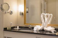 Honeymoon-Suite Typ A - Badezimmer mit begehbarer Dusche, Doppelwaschbecken und Kosmetikspiegel. Hotel Alpen, Bathroom Lighting, Mirror, Furniture, Home Decor, Full Bath, Bathroom Light Fittings, Bathroom Vanity Lighting, Decoration Home