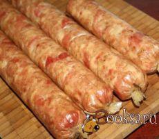 Колбаса домашняя курино-индюшиная Колбаса домашняя курино-индюшиная, конечно же, не сравнится ни с одной покупной колбасой, она гораздо вкуснее! При приготовлении домашних колбас, конечно, придется немного повозиться, но поверьте, результат того стоит, и домашние, и гости обязательно оценят такую колбаску! куриные грудки — 1 кг; филе бедра индейки — 800 г; чеснок сушеный — 1 ст.л.; Хмели-сунели — 1 ст.л.; перец черный молотый — 1 ст.л.; соль нитритная — 20 г; соль обычная — 5 г; вино сухое…
