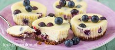 Lekkere kleine mini cheesecakejes met frisse blauwe bessen en een bodem van Bastogne Tea Recipes, Baking Recipes, Sweet Recipes, Dessert Recipes, Desserts, Pie Cake, No Bake Cake, High Tea Food, Mini Cheesecakes
