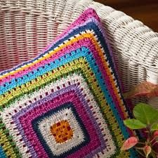 Resultado de imagem para almofada de croche colorida