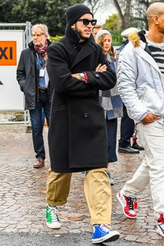 今季トレンドのロング丈コートにワイドパンツをセットしたメンズコーデ