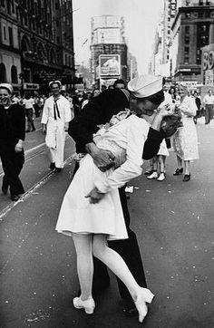 Un bacio che fece la Storia: segnando la fine della Seconda guerra mondiale e l'inizio di una nuova era. A darlo a un'infermiera nel mezzo di Times Square, a New York, un pomeriggio di agosto del 1945 fu Glenn Edward McDuffie, morto questo mese, all'età di 86 anni.