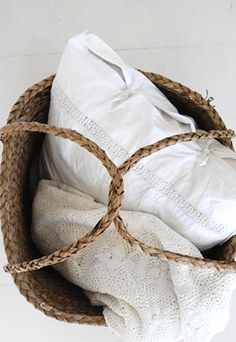 Wicker basket and white linen Rustic Baskets, Picnic Baskets, Modern Townhouse, Linens And Lace, White Linens, Company Picnic, Textiles, Basket Bag, Summer Picnic