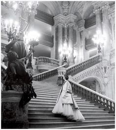 Wenda Rogerson wearing a tulle ball gown by Christian Dior on the grand staircase of the Paris Opera in a 1948 photo by Clifford Coffin for Vogue Dior Vintage, Vintage Mode, Vintage Glamour, Retro Vintage, Vintage Fashion, 50s Glamour, Edwardian Fashion, 1950s Fashion, French Fashion