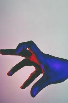 Hands Under Neon Lights Le photographe Andre Elliott a capturé des mains dans des positions majestueuses et placées sous des néons multicolores à travers sa série intitulée « Acoluthic Redux ».
