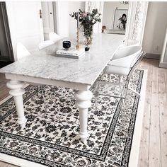 Sitter kvar i soffan och njuter denna sista kväll av påskledigheten! Hittar så många fina bilder här på Insta!! Fick syn på denna fina matta!!! Någon som sett den live?? Den är från @ikeasverige men bilden är från @interiorbyjana som lägger ut så många inspirerande bilder! Ikea#vallöby#interiorbyjana#bisse_ #