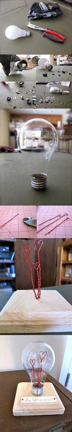 Si te gusta reciclar y tienes algunas bombillas por casa puedes crear este interesante detalle para una ocasión como el día de los enamorados. En otras ocasiones habíamos visto aquí diferentes formas
