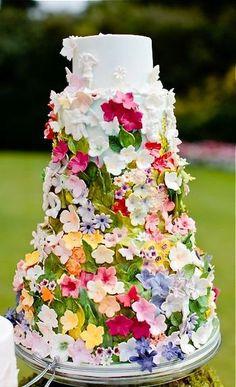 カラフルなお花がたっくさん散りばめられた花壇のようなウェディングケーキ。 ガーデンでのパーティーに映えますね。