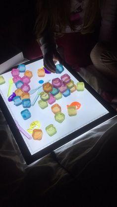 Jouer la nuit avec la table lumineuse Preschool Learning Activities, Toddler Activities, Sensory Play, Jouer, Light Table, School Supplies, Montessori, Autism, Baby