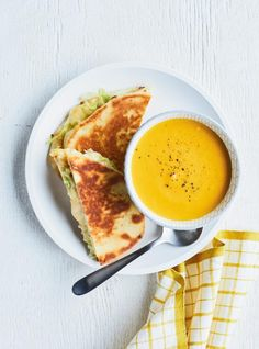 These gooey grilled cheese sandwiches filled with gouda, crunchy cabbage and cool mango chutney on naan bread are quick and easy to prepare, and taste great with a creamy carrot and lentil soup. Vegetarian Lentil Soup, Carrot And Lentil Soup, Vegetarian Cabbage, Mushroom Barley Soup, Ricardo Recipe, Caramelized Onions, Soups And Stews, Soup Recipes, Sandwiches