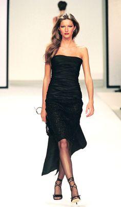 Gisele Bündchen au défilé Valentino automne-hiver 1999-2000 http://www.vogue.fr/mode/mannequins/diaporama/gisele-bndchen-en-50-dfils/20147/carrousel#gisele-bndchen-au-dfil-valentino-automne-hiver-1999-2000