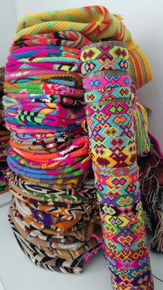 Embroidery Floss Bracelets, Yarn Bracelets, Summer Bracelets, Bracelet Crafts, Cute Bracelets, Anklet Bracelet, Anklets, Diy Friendship Bracelets Patterns, Estilo Hippie