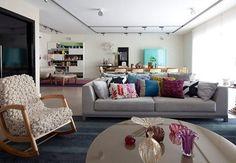 cortina de trilho com cortineiro e sofá cinza
