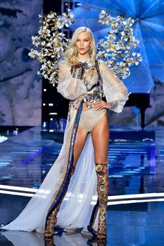 4ac4ee49ca Karlie Kloss Returns to the Victoria s Secret Runway in the Sexiest Way