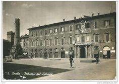 Il Palazzo del Comune e il monumento in una foto degli anni '30 (Imola evoluzione della città)