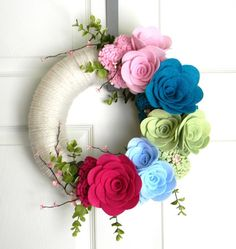 Items similar to Color Field: 12 inch Felt and Yarn Wreath on Etsy, Dyi-Kränze, Felt Flower Wreaths, Felt Wreath, Fabric Wreath, Xmas Wreaths, Wreath Crafts, Diy Wreath, Felt Flowers, Diy Flowers, Felt Crafts