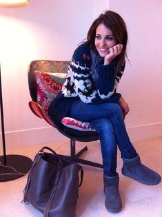 """La prenda que sin duda destaca de todo el look es la chaqueta de lana con dibujos de LOREAK MENDIAN. Los jeans son de BLANCO, unos nuevos que han sacado con efecto """"push up"""", La camiseta es de ZARA del invierno pasado, la bufanda es de H&M MAN, las botas UGG, Y el bolso es de RITA REMBS"""