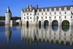 Majestueusement posé sur le Cher, le château de Chenonceau n'en finit pas de faire rêver. Construit au XVIe siècle, on l'associe généralement à Diane de Poitiers et Catherine de Médicis, qui ont marqué l'histoire des lieux.