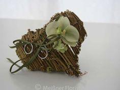 Ringkissen - Ringkissen Herz Rebe mit Orchidee - ein Designerstück von Meissner-Floristik bei DaWanda