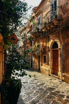 Street in Ortigia (Siracusa, Italy) by Luke Robinson #visitingitaly #VisitingItaly