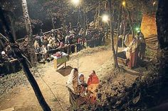 PESSEBRE VIVENT A TONA! Si una cosa és ben típica del Nadal és el Pessebre Vivent de Tona. Enmig del bosquet de la falda del Castell, més de 200 persones donen vida a les escenes més típiques de la història de Jesús, i de com es treballava i vivia a l'època. La gran majoria d'escenes són renovades cada any, i en acabar el recorregut de les actuacions, s'obsequia als assistents a un tast de pa torrat amb botifarra! Així que no hi ha excusa per no anar-hi!!