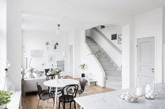 Y comenzamos la semana con mucha luz y esplendor desde este apartamento en Gotemburgo. En él encontramos como protagonistas el color blanco, el gris, la luz natural y sus pequeños toques de verde a…