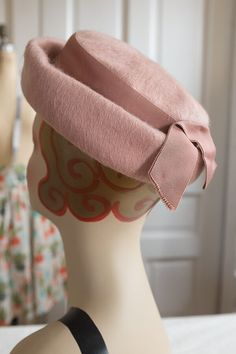 This hat of rose shag felt wool features a grosgrain ribbon band and bow.  Condition 0c574030f37a