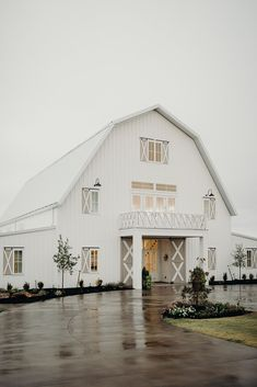Real Wedding: Abigail + Austin :: Modern White Barn Wedding with Romantic Brunch Details Abigail married Austin in a Theia lace wedding dress with flowy sleeves, and it was the perfect modern yet vintage wedding dress for a wedding at a barn. Modern Wedding Venue, Barn Wedding Photos, Wedding Venues Beach, Barn Wedding Venue, Farm Wedding, Wedding Night, Brunch Wedding, Farmhouse Wedding Venue, Georgia Wedding Venues