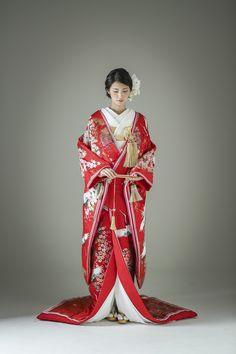 ぱきっとした赤色に桜と鶴があしらわれた、花嫁衣装として最もスタンダードな柄行きの着物でありながら、合わせ部分に十二単風のあしらいが施されており、こだわりを感じられるポイントとなっています。どの年代にも人気の柄行きのため、レンタル予約はお早めに。 古典柄/大人っぽい/ゴージャス 鶴/桜文/光琳波をあしらった色打掛 桜鶴八重 赤 白無垢・色打掛をはじめとした結婚式の花嫁衣装を、格安でレンタルできる結婚式着物レンタル専門店【THE KIMONO SHOP−ザ・キモノショップ】古典的な着物や引振袖・紋付袴など婚礼衣装を幅広く取り揃えております【新宿・東京・大阪・福岡】 Japanese Costume, Japanese Kimono, Traditional Wedding Attire, Traditional Dresses, Wedding Kimono, Japanese Wedding, Kimono Pattern, Japanese Outfits, Kimono Dress