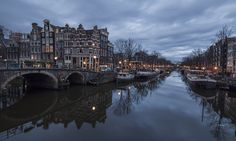Το Άμστερνταμ έχει ένα από τα μεγαλύτερα ιστορικά κέντρα στην Ευρώπη, κυρίως από τον 17ο αιώνα, την Χρυσή Εποχή της Ολλανδίας, της οποίας ήταν το εστιακό σημείο. Την περίοδο εκείνη, μια σειρά από ομόκεντρα ημικυκλικά κανάλια, τα περίφημα χράχτεν (grachten) χτίστηκαν γύρω από το κέντρο της παλαιότερης πόλης, τα οποία μέχρι σήμερα προσδιορίζουν τη διάταξη και την εμφάνισή του κέντρου.