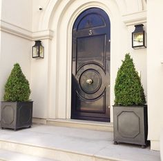 Beautiful Front Door Planter Ideas 29 The walkway, porch and front door are the first things that visitors see and they may be appalled, bored or … Front Door Hardware, Front Door Entryway, Entrance Doors, Arched Front Door, Doorway, Beautiful Front Doors, Black Front Doors, Beautiful Beautiful, Front Door Planters