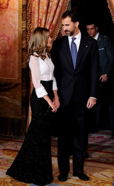 Queen Letizia of Spain Photos - Prince Felipe of Spain and Princess Letizia of Spain attend a Dinner honouring Hungarian President Laslo Solyom at the Royal Palace on November 16, 2009 in Madrid, Spain. - Spanish Royals Host Dinner in Honour of Hungarian President